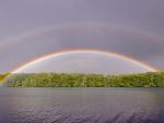 Regenbogen ueber See